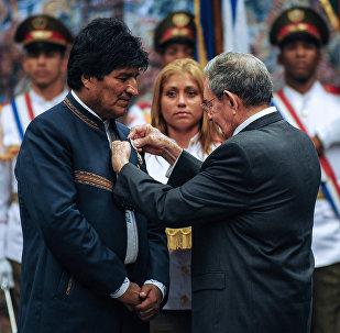 Presidente cubano, Raúl Castro, otorga la Orden José Martí al presidente boliviano, Evo Morales en la Habana, Cuba