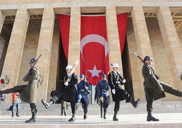 Soldados fuera del mausoleo del fundador de Turquía, Mustafa Kemal Ataturk