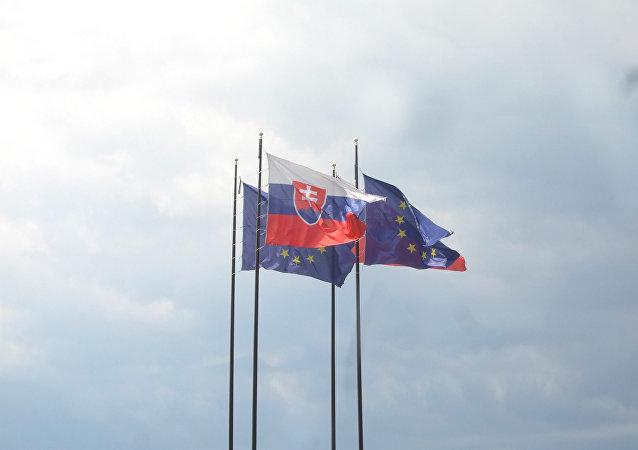 Banderas de Eslovaquia y la UE