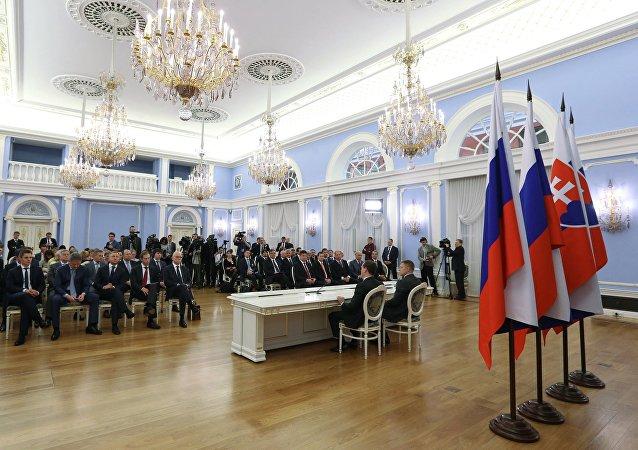 Banderas de Rusia y Eslovaquia
