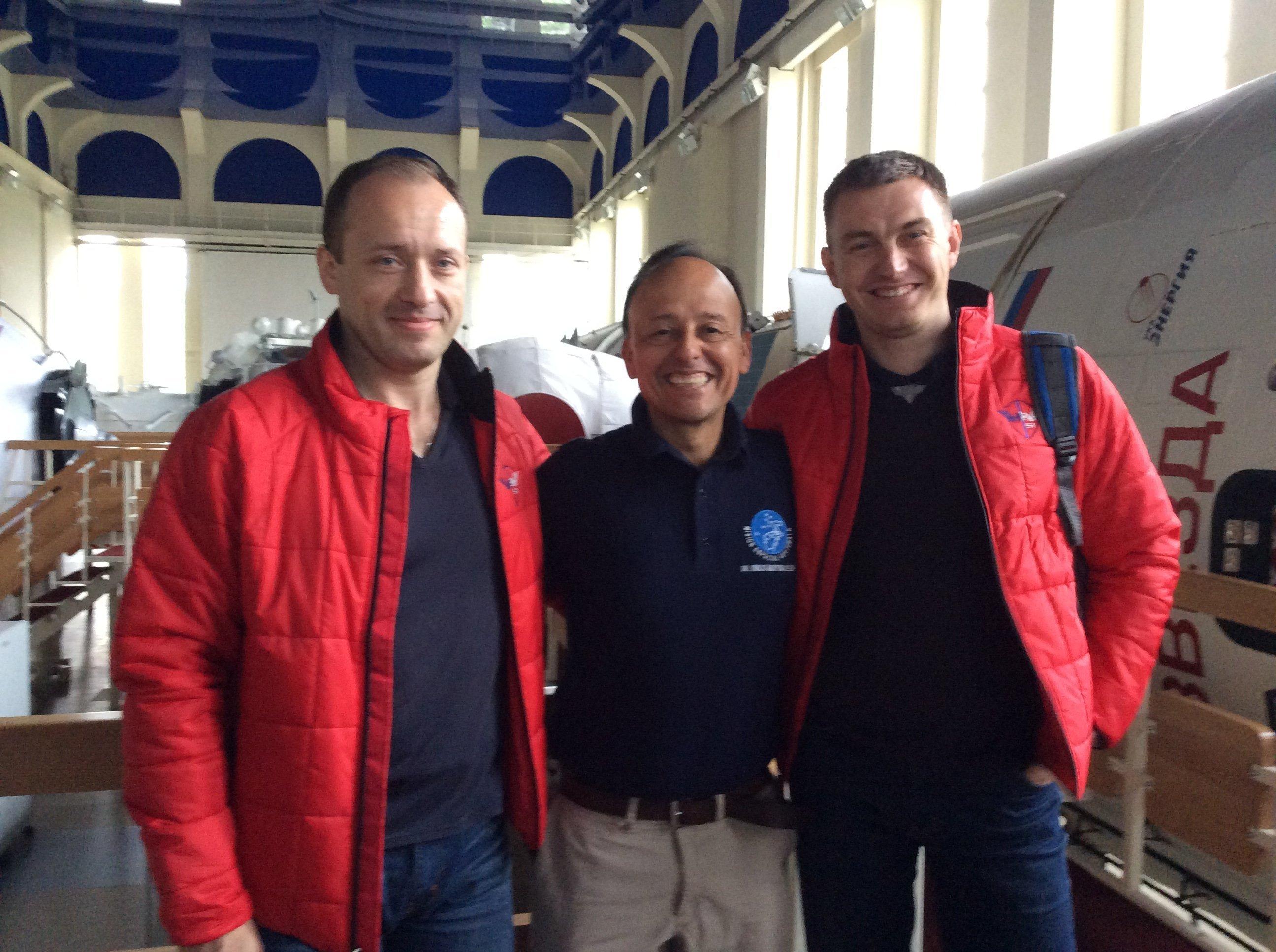Montoya con dos cosmonautas rusos, miembros de la expedición 51 a la EEI
