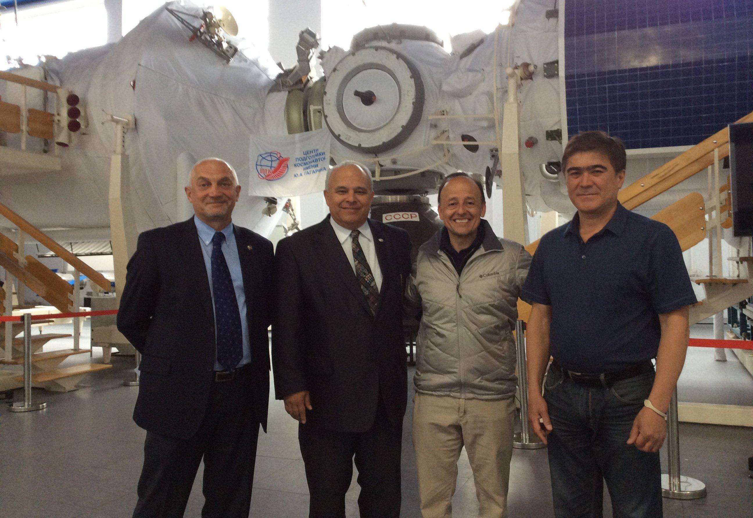 Vinicio Montoya y el Embajador de Guatemala en Rusia, Estuardo Meneses Coronado (ambos en el centro)