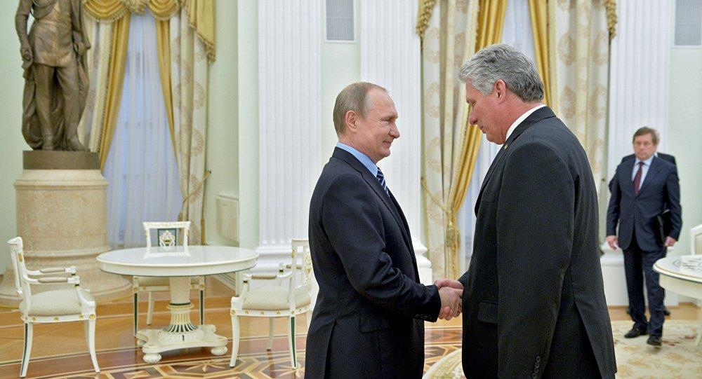 Presidente ruso, Vladímir Putin, y el líder cubano, Miguel Díaz-Canel (archivo)