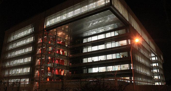 Vista nocturna de la sede del Banco Popular, en Madrid