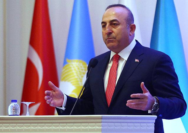 Mevlut Cavusoglu, ministro de Exteriores de Turquía durante un encuentro con los turcomanos sirios en Ankara