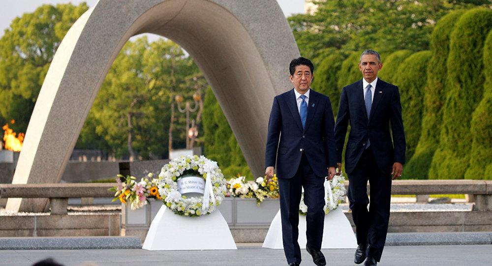 Barack Obama, presidente de EEUU y el primer ministro japonés, Shinzo Abe durante visita al Monumento de la Paz en Hiroshima