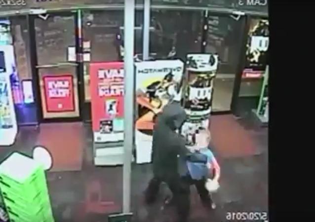 Valiente niño golpea a un ladrón armado