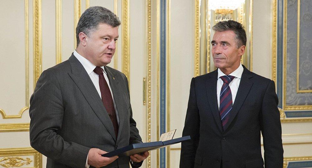 Petró Poroshenko, el presidente ucraniano, y Anders Fogh Rasmussen, ex secretario general de la OTAN.