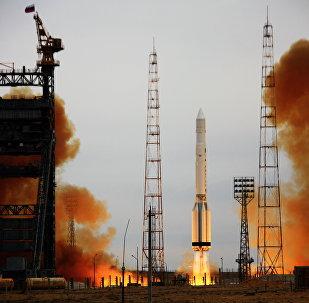 Lanzamiento del cohete-portador Proton-K con el satélite militar (archivo)