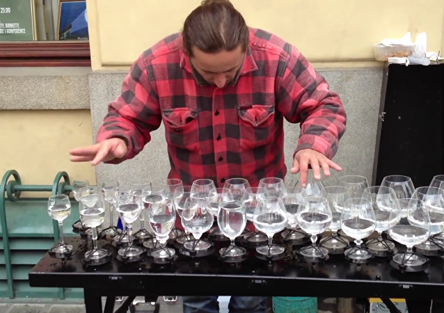 El xilófono de copas: una increíble actuación musical en la calle