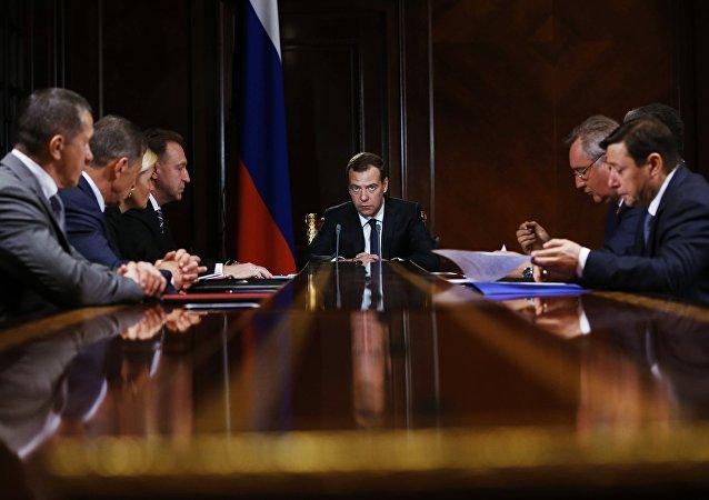 Primer ministro de Rusia, Dmitri Medvédev, en una reunión con los viceprimeros ministros