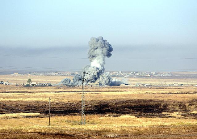 Humo después de un bombardeo de la coalición (archivo)