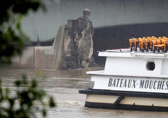 La estatua de un zuavo en el puente del Alma