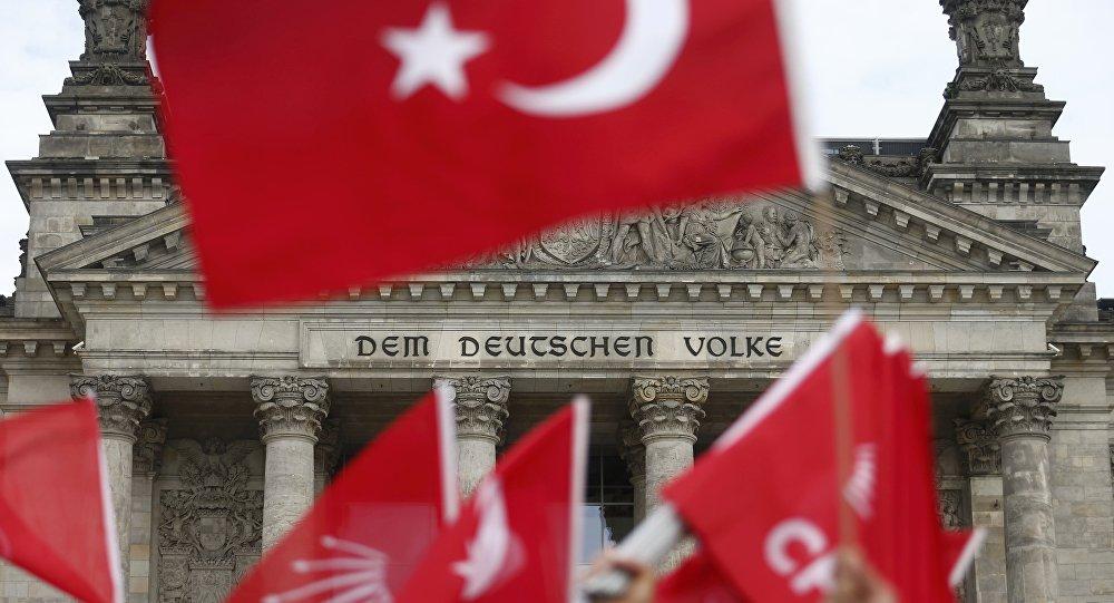 Banderas de Turquía con Bundestag al fondo (archivo)