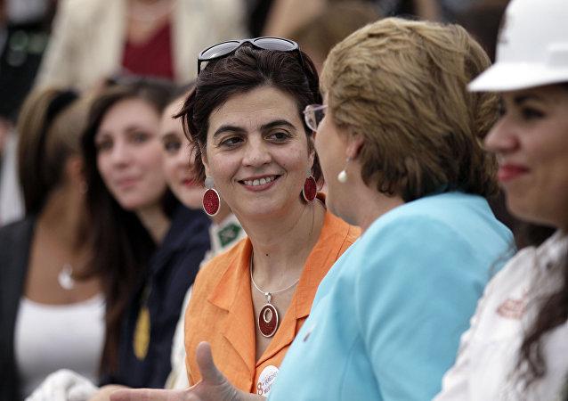 Claudia Pascual junto con Michelle Bachelet (archivo)