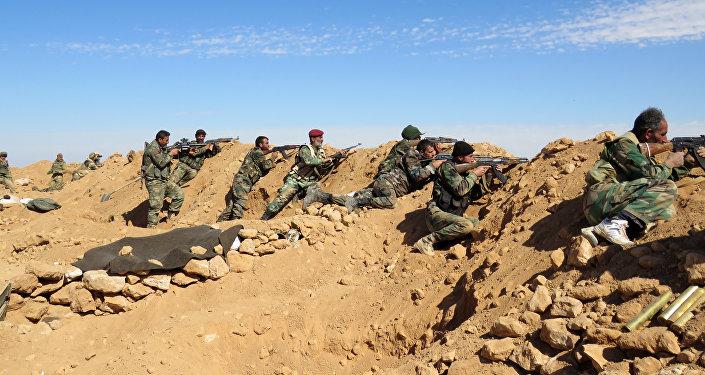 Los soldados del Ejército sirio en las afueras de la provinica de al Raqa (archivo)