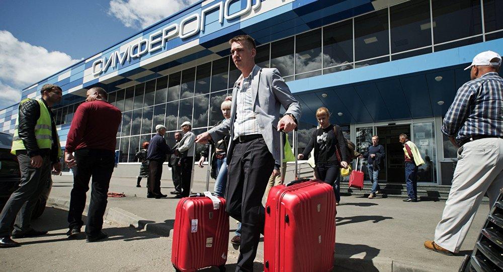Un turista en el aeropuerto de Simferopol, Crimea