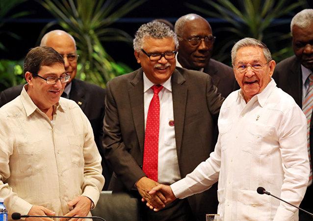 El presidente de Cuba, Raúl Castro, y el secretario general de la AEC, Alfonso Múnera, en la cumbre de Caribe