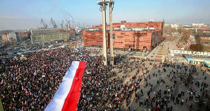 La gente con la bandera nacional de Polonia en Gdansk