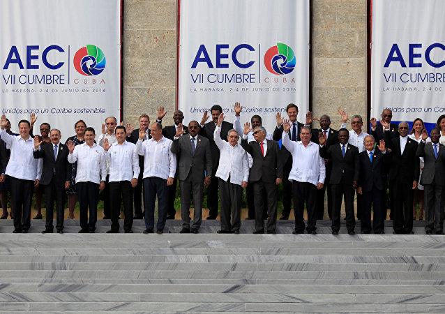 Jefes de Estado y ministros de Exteriores posan para la foto oficial de la VII Cumbre de la Asociación de Estados del Caribe (AEC) en La Habana, Cuba 4 de junio de 2016.