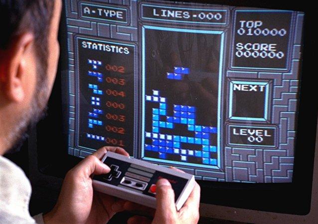 Un hombre jugando Tetris