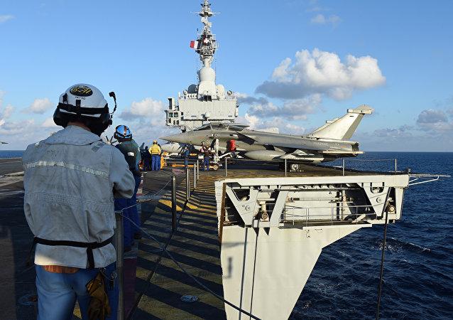 Cazas Rafale en la cubierta del portaaviones Charles de Gaulle