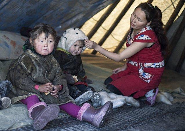 Una mujer con unos niños del distrito autónomo de Yamalo-Nenets
