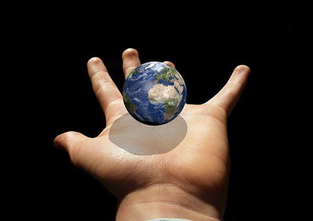 La Tierra en la mano
