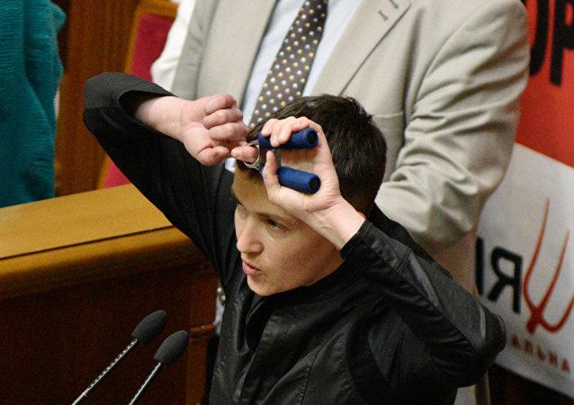 Nadezhda Sávchenko en la reunión del parlamento de Ucrania