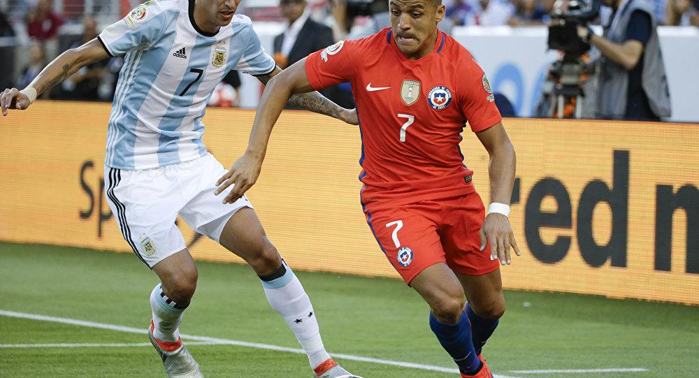 Alexis Sánchez (Chile), Ángel Di María (Argentina) en la Copa América