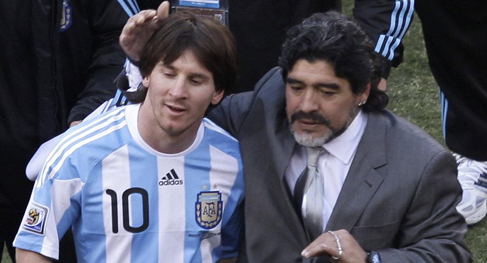 Lionel Messi con Diego Maradona en el Mundial de 2010