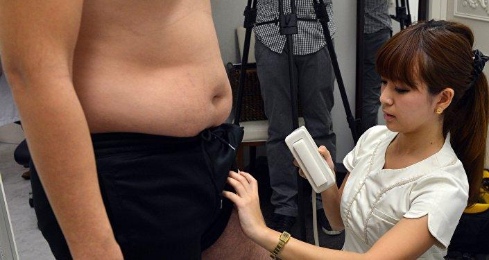 Una médica japonesa pesa a un hombre (archivo)