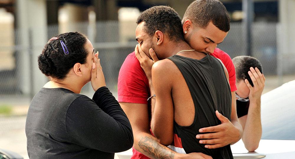 Amigos y familiares de las víctimas cerca de la sede de la Policía de Orlando