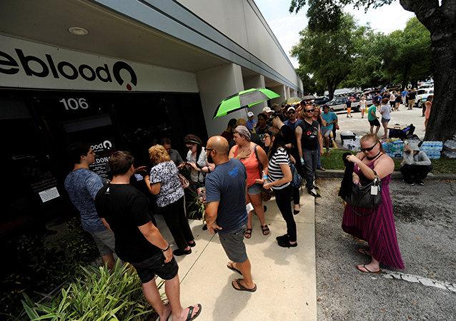 La gente espera en una cola cerca del hospital de Orlando para donar sangre tras el tiroteo