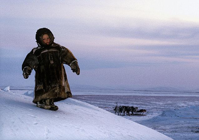 Un niño habitante de Siberia rusa