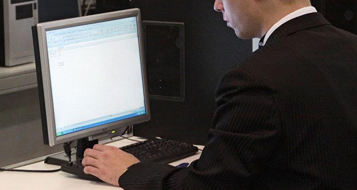 Hombre trabaja en ordenador