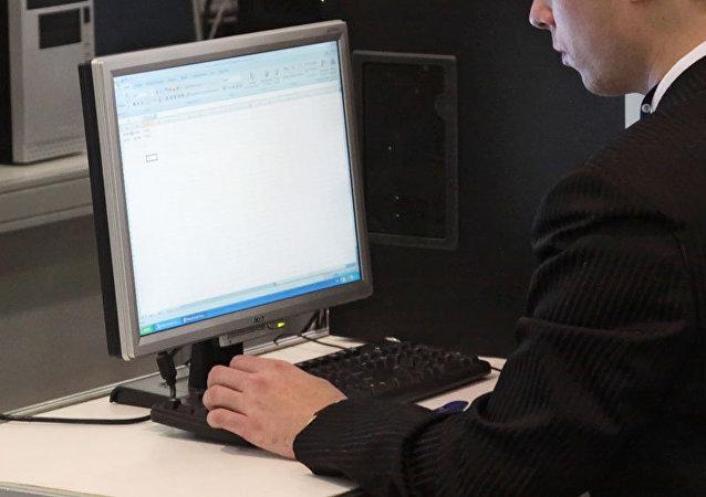 Un computador en un puesto de trabajo