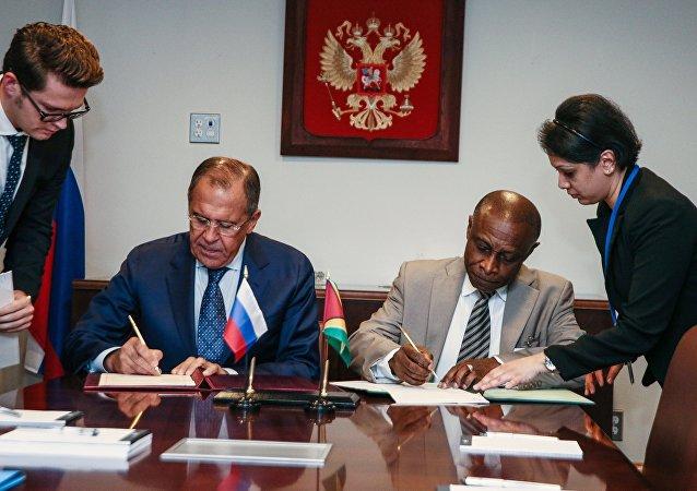 Ministro de Exteriores ruso, Serguéi Lavrov y su homólogo guyanés, Carl Greenidge