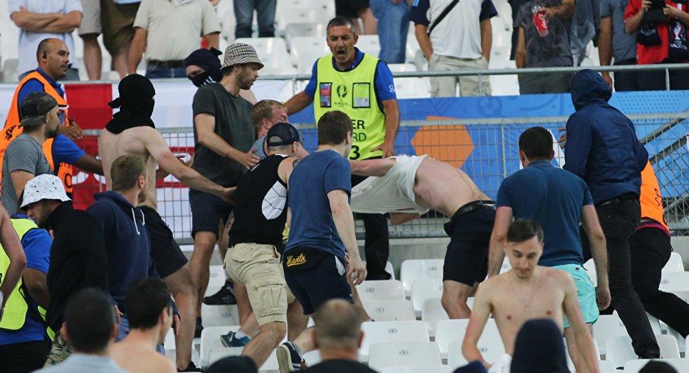 Pelea entre los hinchas rusos e ingleses en el estadio de Marsella
