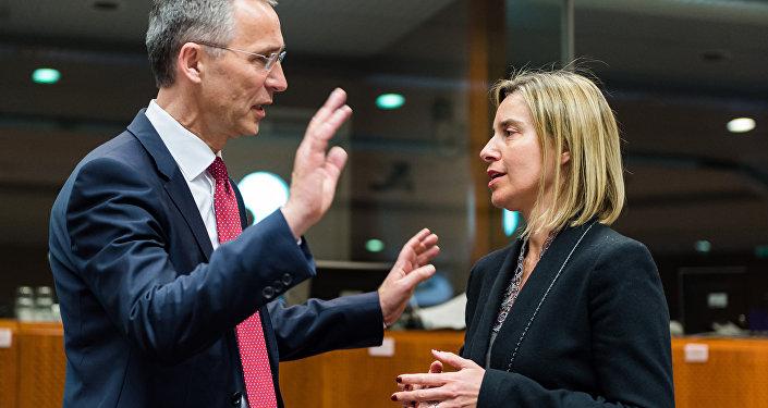 El secretario general de la OTAN, Jens Stoltenberg, y la jefa de la diplomacia europea, Federica Mogherini (archivo)
