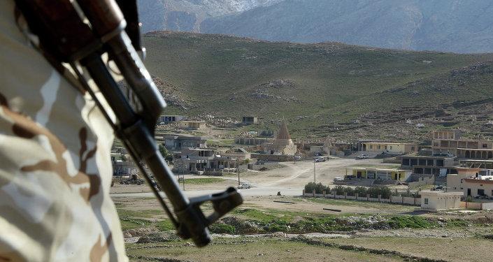 Un combatiente con un rifle (imagen referencial)