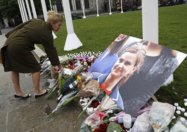 Flores en homenaje a la diputada Jo Cox en la Plaza del Parlamento en Londrés