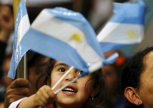 Niña con la bandera argentina