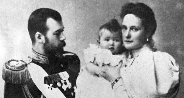 El emperador ruso Nicolás II con su esposa Aleksandra y su hija Olga