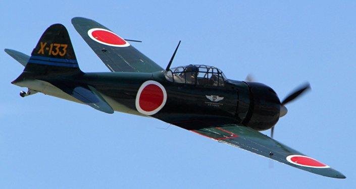 Caza japonés de la Segunda Guerra Mundial, Mtisubishi Zero A6M3 en vuelo durante el show aéreo