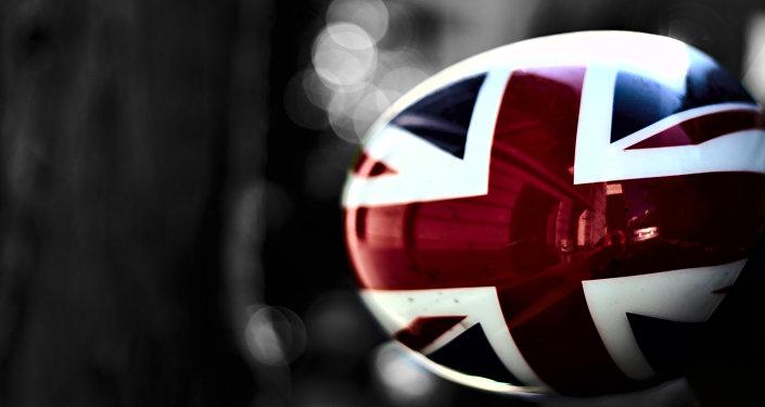 Bandera de Reino Unido en un espejo lateral de un coche