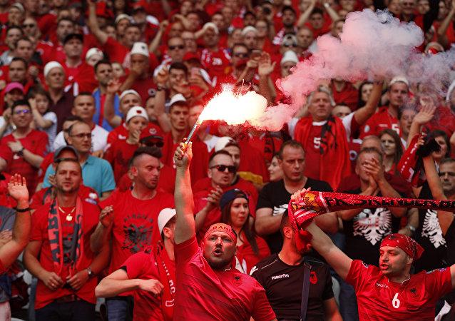 Hinchas albaneses durante el partido entre Suiza y Albania