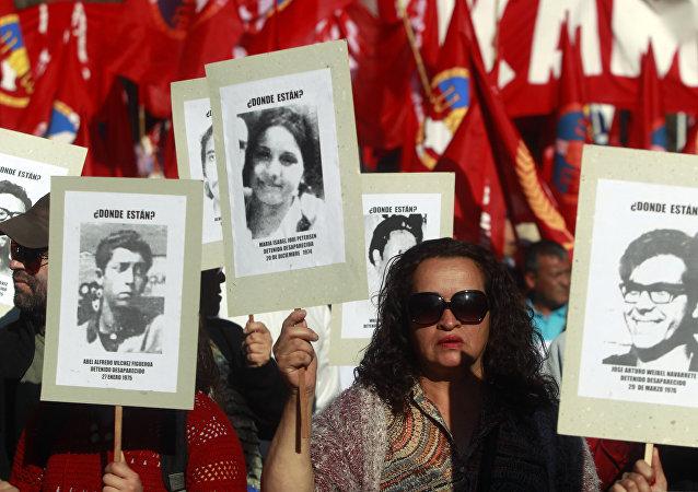 Una manifestación por los detenidos y desaparecidos en Chile durante la dicatdura de 1973-11990