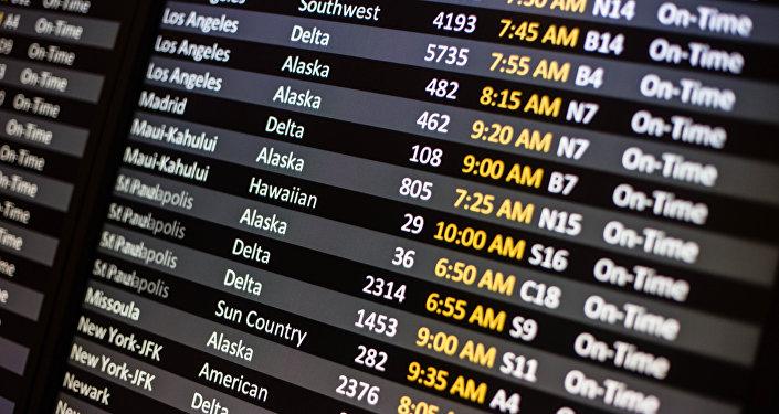 Un panel de informacion de un aeropuerto