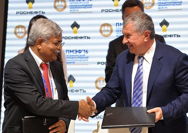 El presidente de Rosneft, Ígor Sechin, y  el ejecutivo de Indian Oil, Biswajit Roy